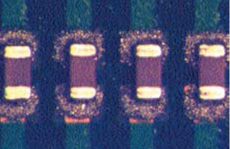 Компоненты 0201, установленные на сырую паяльную пасту, нанесенную на КП типоразмера ОБО